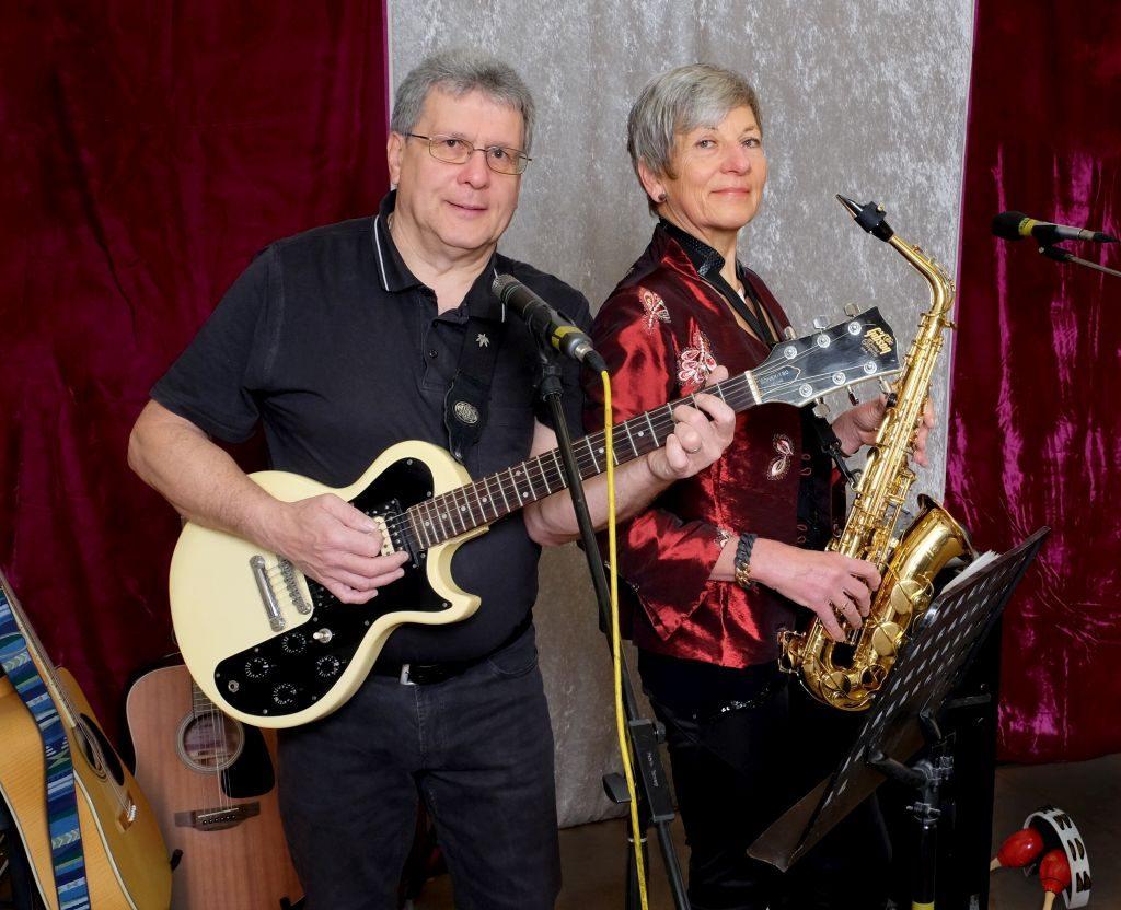 DaHerr und Frau Bay -  die beiden LARIFARI? Akteure spielen ihre Instrumente